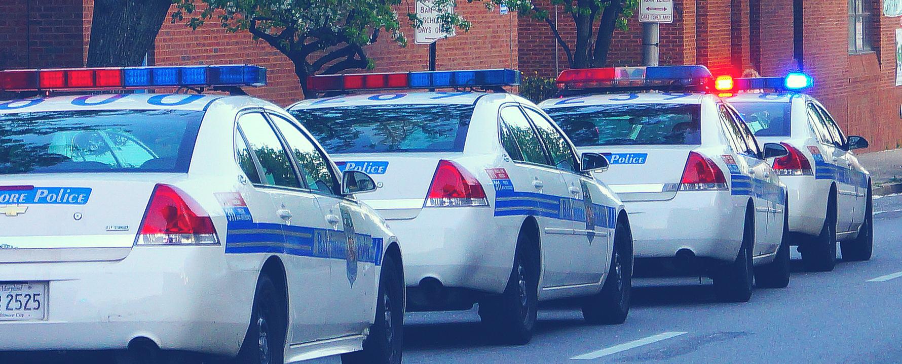 Fila de coches de policía